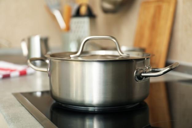Koncepcja naczynia kuchenne z metalowym garnkiem, selektywne focus.