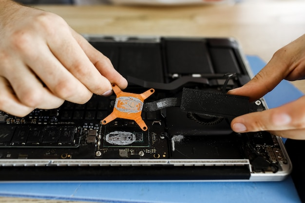 Koncepcja naprawy komputera close-up view. sprzęt komputerowy. czyszczenie notesu