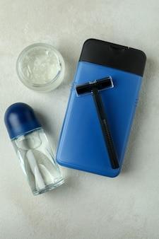 Koncepcja narzędzi higieny męskiej na białym stole z teksturą