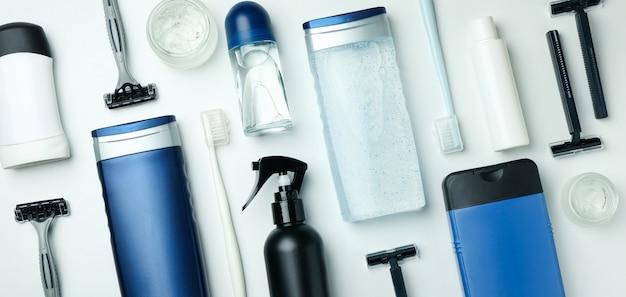 Koncepcja narzędzi higieny męskiej na białym tle