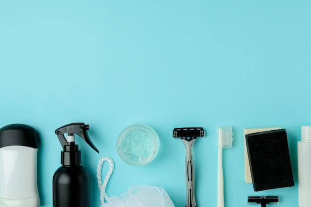 Koncepcja narzędzi higieny męskiej na niebieskim stole