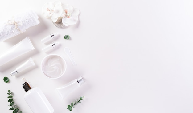 Koncepcja naturalnego piękna i spa z butelką kosmetyczną i kremem do skóry z kwiatami