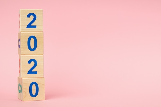 Koncepcja nowego roku 2020. kostka drewniana z numerem