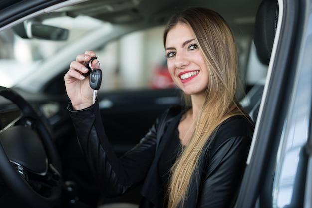 Koncepcja nowego samochodu dealera samochodów