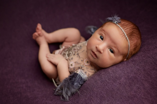 Koncepcja nowonarodzonych zdjęć, portret artystyczny małej dziewczynki
