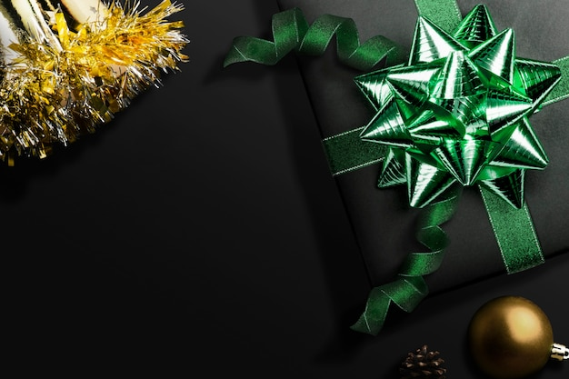 Koncepcja obchodów szczęśliwego nowego roku ozdobiona czarnym pudełkiem