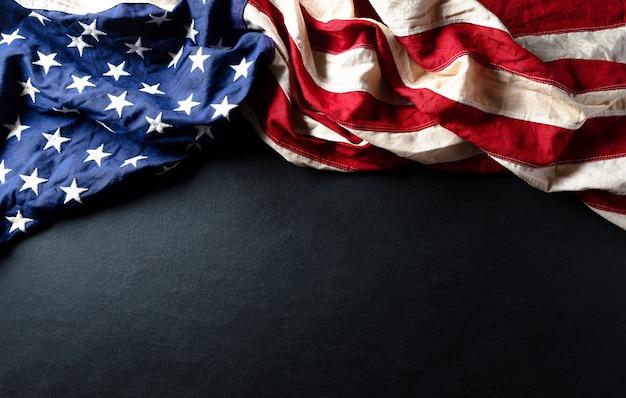 Koncepcja obchodzona z okazji dnia martina luthera kinga. amerykańska flaga na drewnianym tle