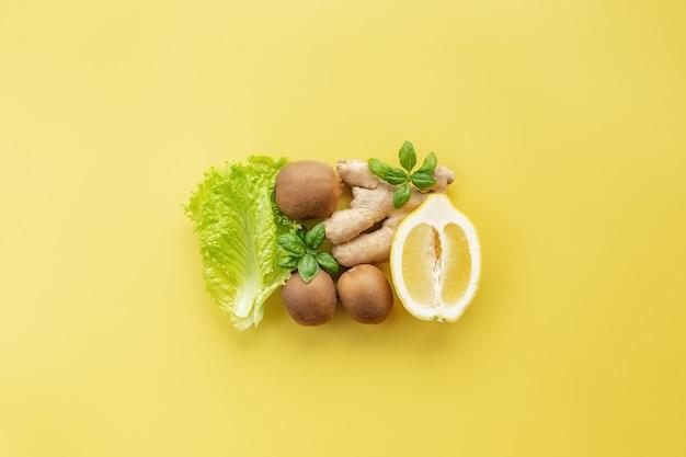 Koncepcja obdzierania zdrowej i ekologicznej żywności. placek wykonany z różnych warzyw i owoców, takich jak cytryna, imbir, liście sałaty, kiwi, bazylia