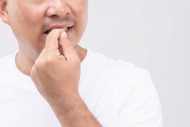 Koncepcja obgryzania paznokci (onychophagia): portret ludzi gryzących paznokieć.