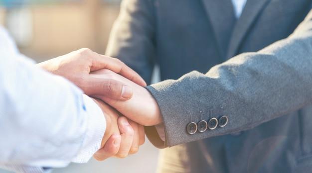 Koncepcja obietnicy zaufania. uczciwy prawnik partner z profesjonalnym zespołem zawiera umowę biznesową po zakończeniu transakcji