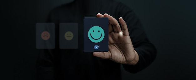 Koncepcja obsługi klienta. zadowolony klient dający pozytywną recenzję. znakomite opinie dotyczące produktów i usług. ankiety satysfakcji klienta. strategia marketingowa