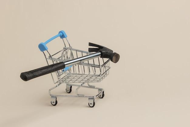Koncepcja obsługi zakupów mini wózek na zakupy z młotkiem