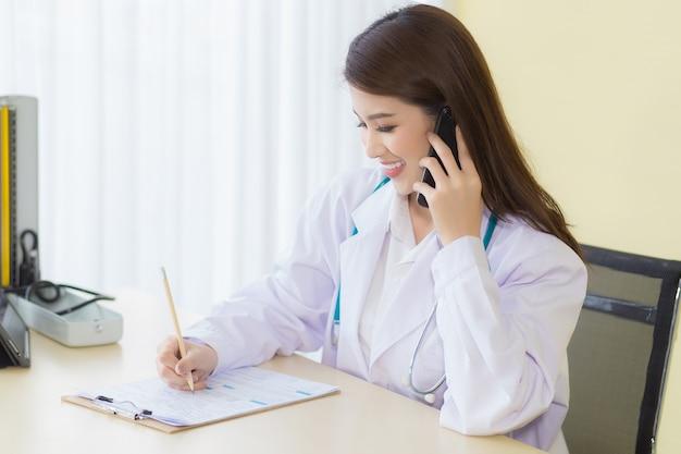 Koncepcja ochrony przed koronawirusemkobieta lekarz udziela konsultacji telefonicznej