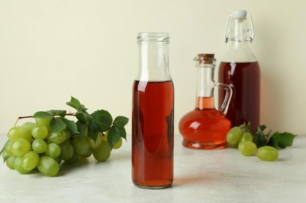 Koncepcja octu winogronowego na białym stole z teksturą