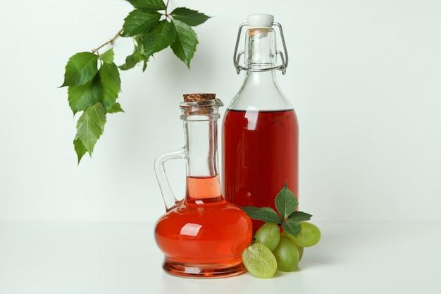 Koncepcja octu winogronowego na białym tle