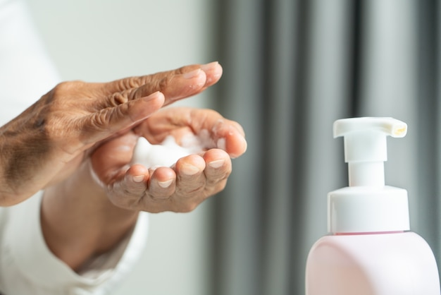 Koncepcja oczyszczania rąk covid-19 coronavirus