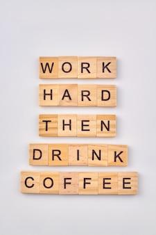 Koncepcja odpoczynku od pracy. pracuj ciężko, a potem pij kawę. drewniane klocki na białym tle.