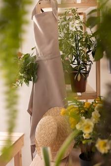 Koncepcja ogrodnicza z fartuchem i roślinami