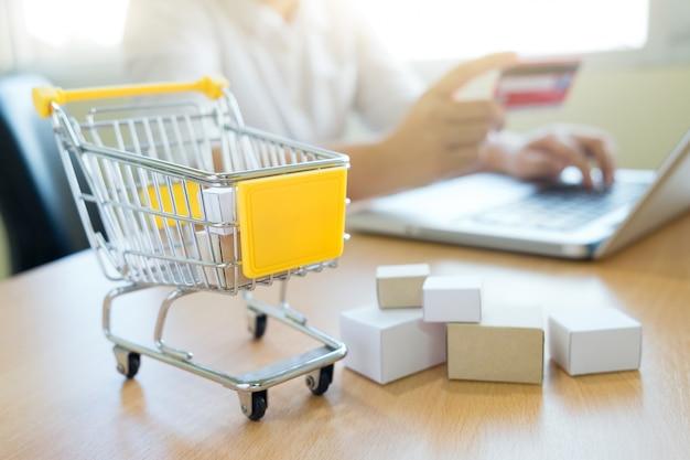 Koncepcja online zakupy w biznesie.