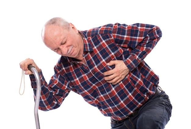 Koncepcja opieki zdrowotnej, bólu, stresu i wieku. starszy mężczyzna po zawale serca na białym tle. ludzkie emocje, starzenie się, depresja