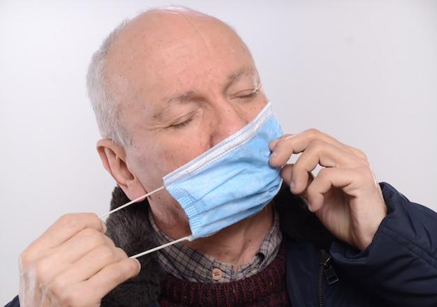 Koncepcja opieki zdrowotnej. starszy mężczyzna nosi maskę ochronną