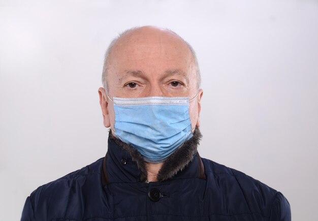 Koncepcja opieki zdrowotnej. starszy mężczyzna w pozowanie medyczne maski ochronne