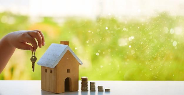 Koncepcja oszczędzania pieniędzy na zakup domu, model domu