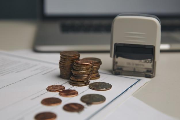 Koncepcja oszczędzania pieniędzy, wykres, stosy monet, wykres i długopis, miejsce na kopię. selektywna ostrość, kolor vintage.
