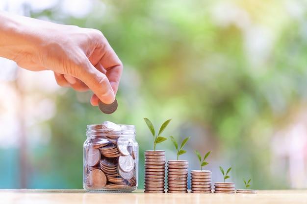 Koncepcja oszczędzania pieniędzy ze stosem pieniędzy monety rosnące na przyszłość biznesfinanseoszczędnośćprof