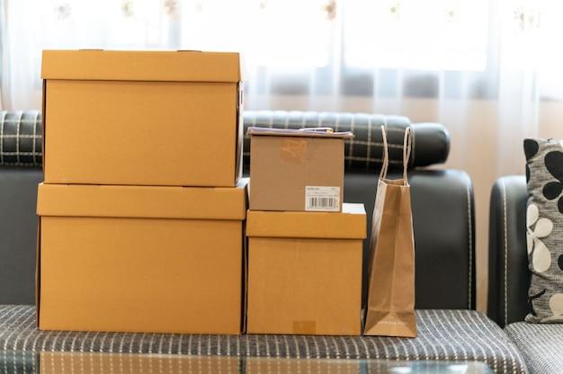 Koncepcja pakowania zakupów online, kartonowe pudełko na paczki i papierowa torba produktu