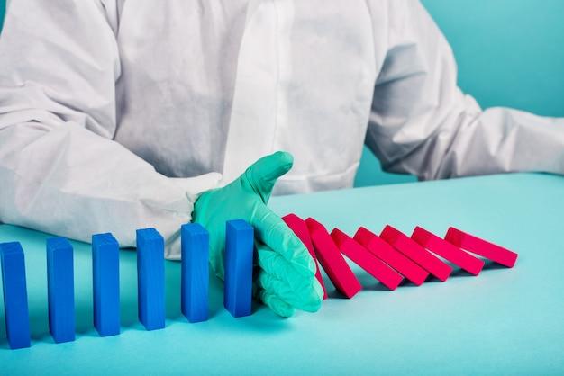 Koncepcja pandemii koronawirusa covid19 z opadającym łańcuchem jak gra w domino