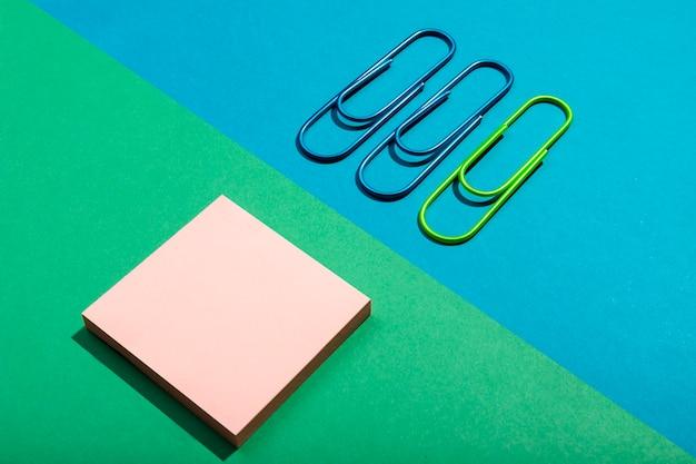 Koncepcja papeterii z karteczkami samoprzylepnymi i spinaczami do papieru