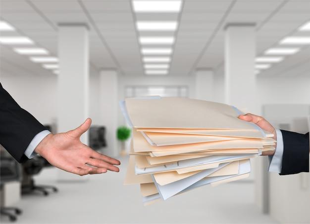 Koncepcja partnerstwa lub pracy zespołowej dwóch mężczyzn i dokumenty