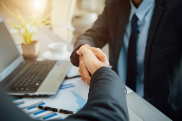 Koncepcja partnerstwa - partnerzy biznesowi handshake sukces lidera zespołu przedsiębiorczości.