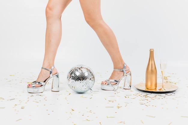 Koncepcja party nowy rok z wyciąć widok dziewczyny