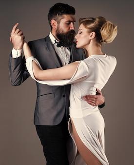 Koncepcja pasji i miłości. taniec w sali balowej. para tańczy w czułej pasji. salsa, tango, walc.