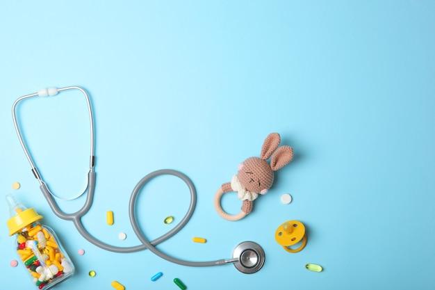 Koncepcja pediatrii stetoskop i zabawka na jasnym tle