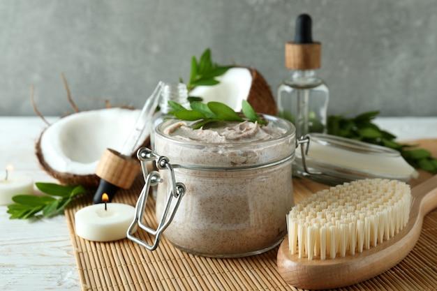 Koncepcja peelingu do pielęgnacji skóry na macie bambusowej