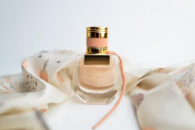 Koncepcja perfumerii, spa i brandingu - różowa butelka perfum na błyszczącym tle, słodki kwiatowy zapach, glamour
