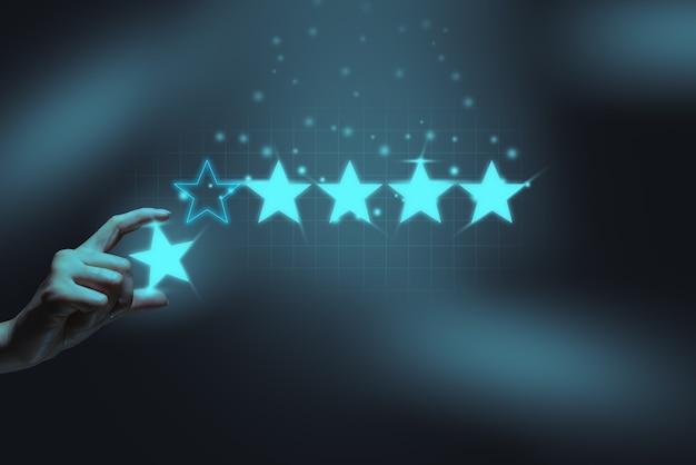 Koncepcja pięciogwiazdkowej osoby oceniającej daje najwyższą ocenę i recenzję