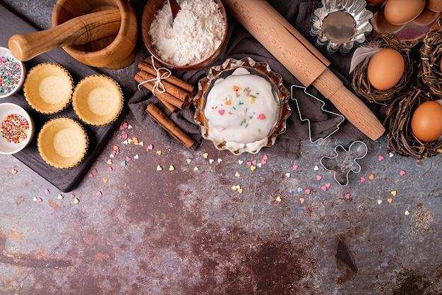 Koncepcja pieczenia. koncepcja wielkanocna. składniki na tort wielkanocny płasko leżał widok z góry na ciemnym tle