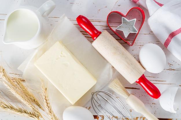 Koncepcja pieczenia przy użyciu narzędzi do gotowania, białe drewno