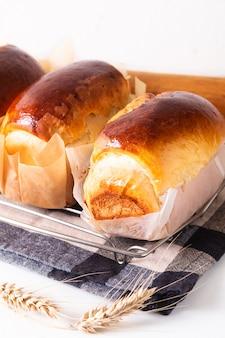 Koncepcja pieczenia żywności świeżo upieczony organiczny domowy miękki chleb bochenek mleka z miejsca na kopię