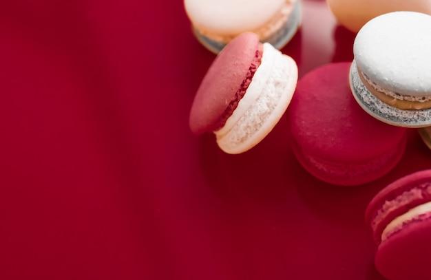 Koncepcja piekarni i brandingu francuskie makaroniki na tle czerwonego wina paryska szykowna kawiarnia...