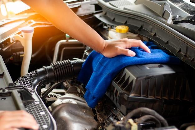 Koncepcja pielęgnacja samochodu, czyszczenie silnika samochodu.