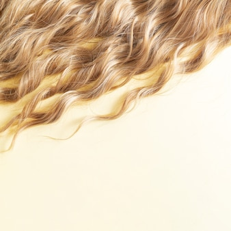 Koncepcja pielęgnacji lub przedłużenia fryzury z blond falowanych włosów