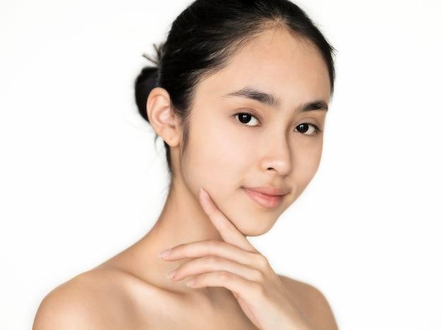 Koncepcja pielęgnacji skóry na białym tle portret młodej dziewczyny azjatyckiej
