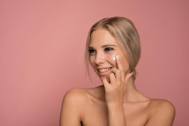 Koncepcja pielęgnacji skóry z piękną kobietą