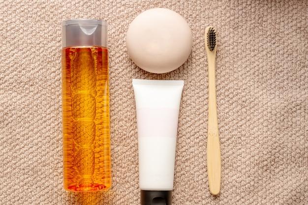 Koncepcja pielęgnacji twarzy. śmietanka, kostka mydła, szczoteczka do zębów i wyciek na ręczniku.