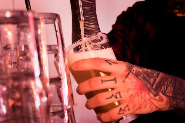 Koncepcja piwa rzemieślniczego z wytatuowanym mężczyzną